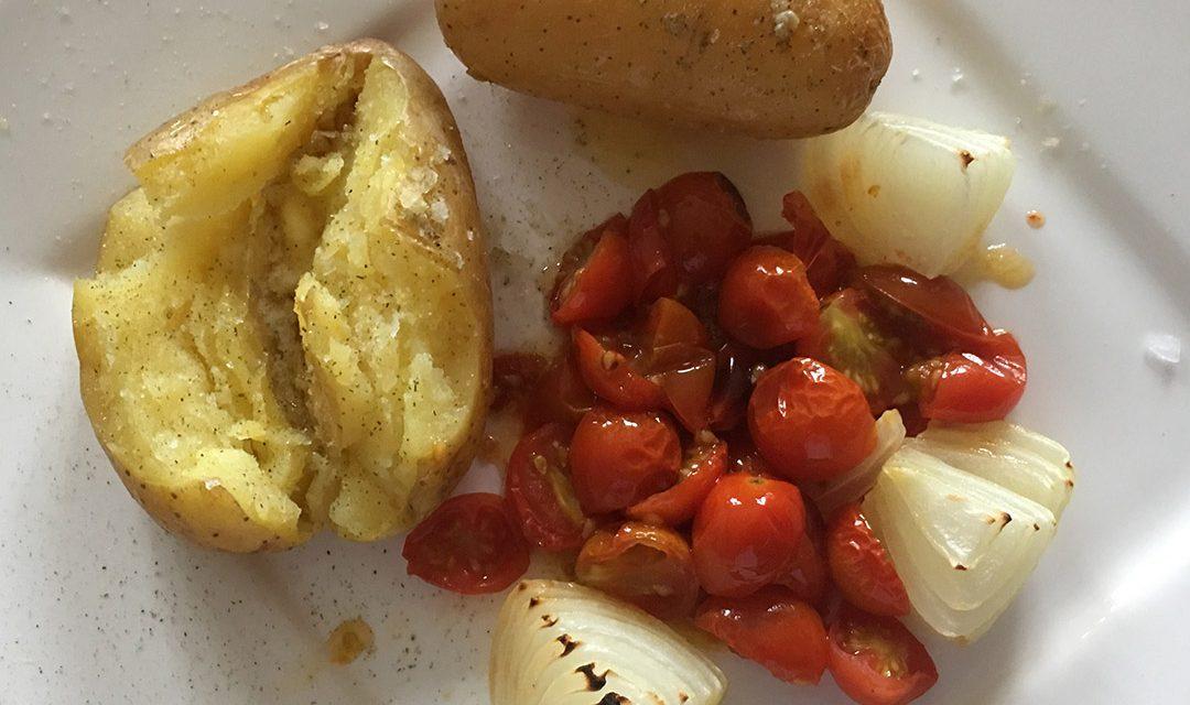 Folienkartoffeln mit Grilltomaten und Zwiebeln