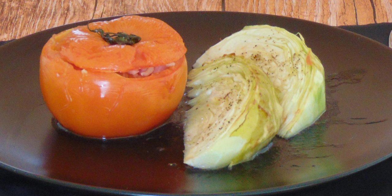 Gefüllte Tomaten mit gegrilltem Weißkohl