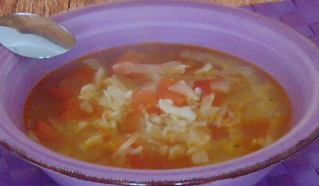 Kohlsuppe mit Reis und Tomaten