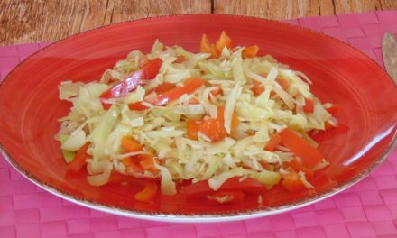 Paprika-Spitzkohl-Gemüse mit Reis