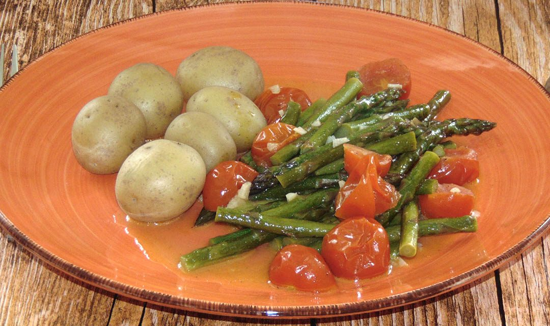Grüner Spargel mit Tomaten und Kartoffeln